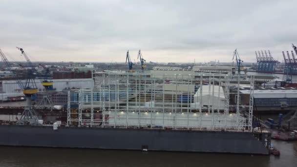 Flug über die Docks im Hamburger Hafen - HAMBURG, DEUTSCHLAND - 25. Dezember 2020