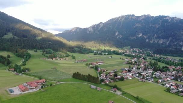 Luftaufnahme der Stadt Oberammergau in Bayern Deutschland