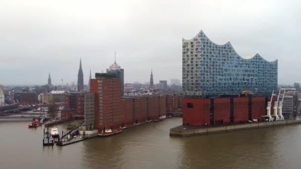 Berühmte Hamburger Elbphilharmonie im Hafen - HAMBURG, DEUTSCHLAND - 24. Dezember 2020
