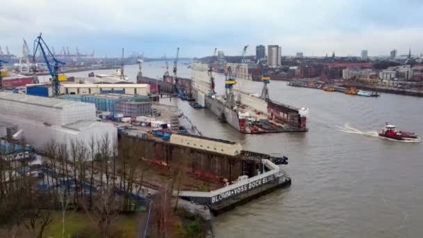 Flug über die Docks im Hamburger Hafen