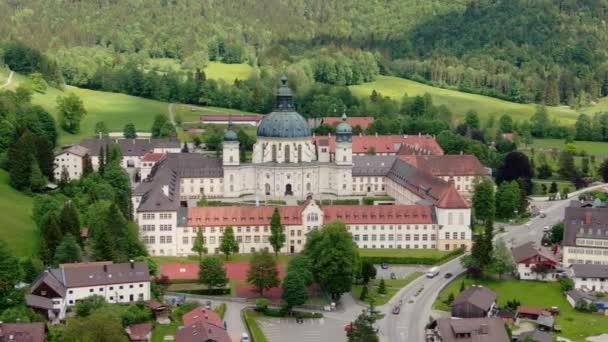 Luftaufnahme über dem Kloster Ettal in Bayern