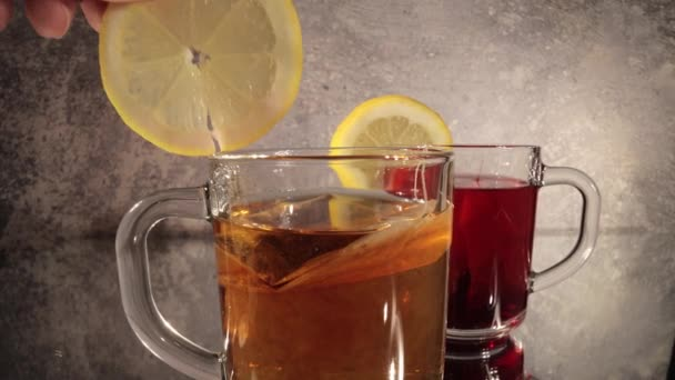 Egy szelet citrom hozzáadása egy pohár teához.