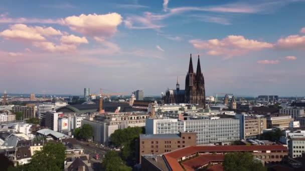 Stadt Köln Deutschland von oben mit seinem berühmten Dom - Luftaufnahmen