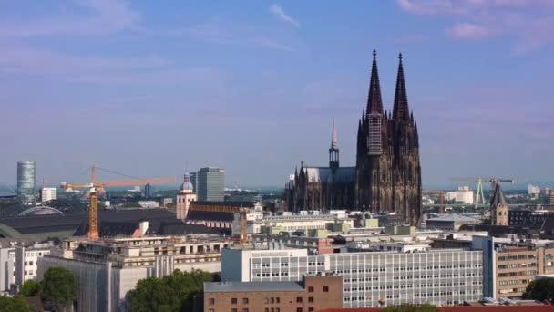 Stadt Köln Deutschland von oben mit seinem berühmten Dom - KÖLN DEUTSCHLAND - 25. JUNI 2021