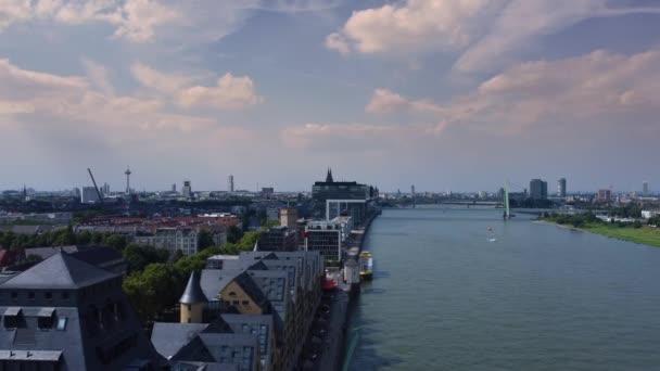 Der Rhein in der Stadt Köln von oben - KÖLN DEUTSCHLAND - 25. Juni 2021