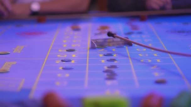 Roulette-Tisch in einem Casino - groupier entfernt verlorene Token aus Tabelle
