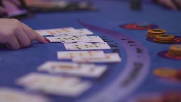 Black Jack in einem Casino - Glücksspiel Retroadapter Karten bei einem Spiel