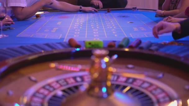 Ruletě v Casinu - hráčům dávat sázky