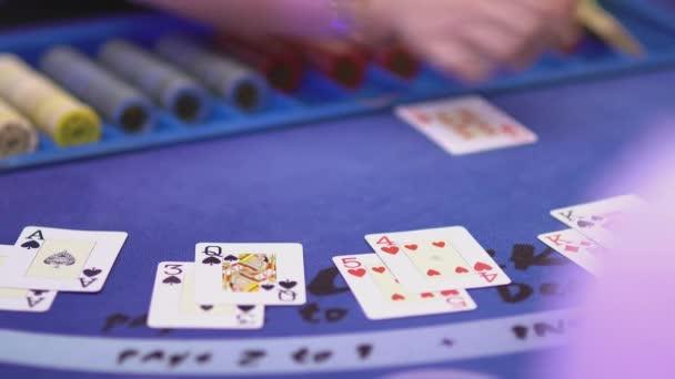 Glücksspiel Black Jack in einem Casino - Hinzufügen von Karten bei Black Jack