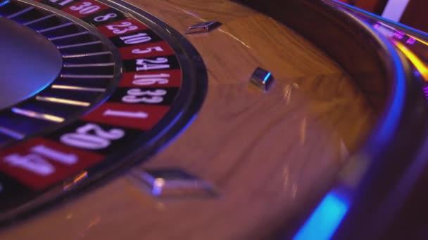Roulette-Rad in eine Casino - Kugel fällt in Feld 6 schwarz