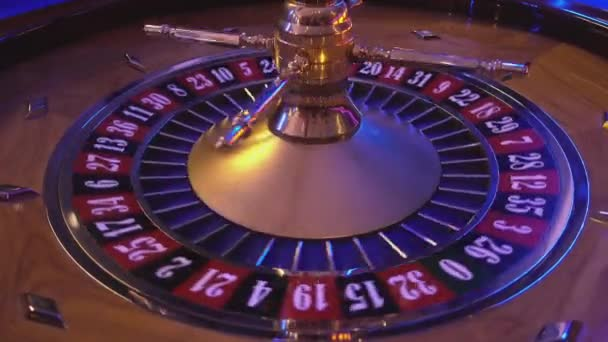 Kolo rulety v kasinu - ball na červené pole 25