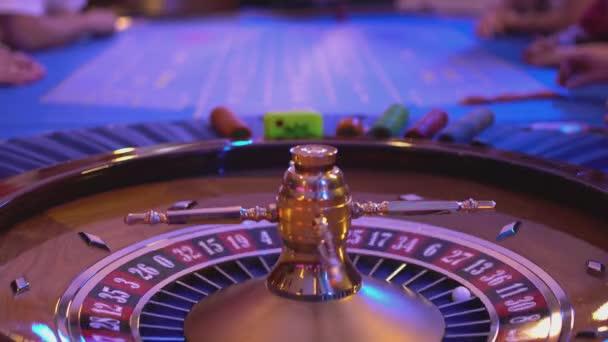 Tavolo di roulette in un casinò - persone che giocano alla roulette