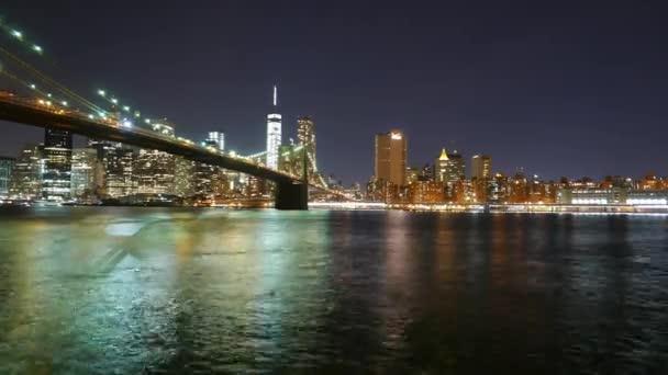 Idő-csúszás lövés a Brooklyn-híd és a Manhattan látképének éjjel