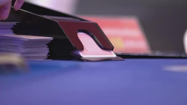 Black Jack in einem Casino - Glücksspiel Retroadapter von Dosiertechnik Karten aus einem Schlitten