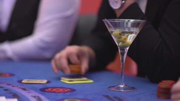 Glücksspiel Black Jack in einem Casino - nervös Spieler spielen mit Token