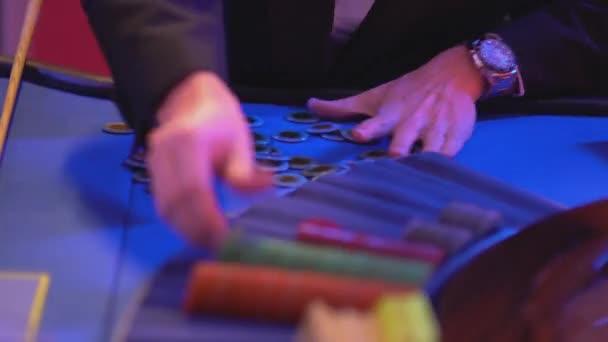 Roulette-Tisch in einem Casino - Roulette spielen Token sortieren