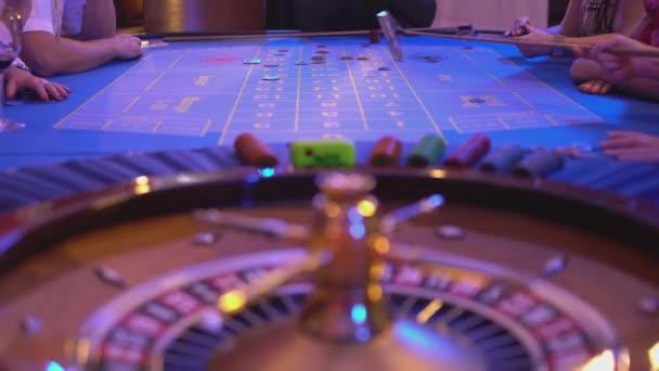 Ruletě v Casinu - groupier sbírá ztracený čipy od ruletového stolu