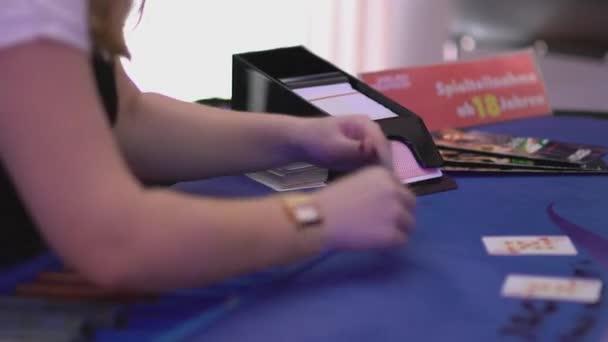 Glücksspiel Black Jack in einem Casino - Karten aus einem Schlitten Dosiertechnik