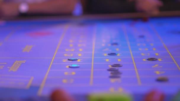 Detailní záběr ruletového stolu - hráči nastavení sázek