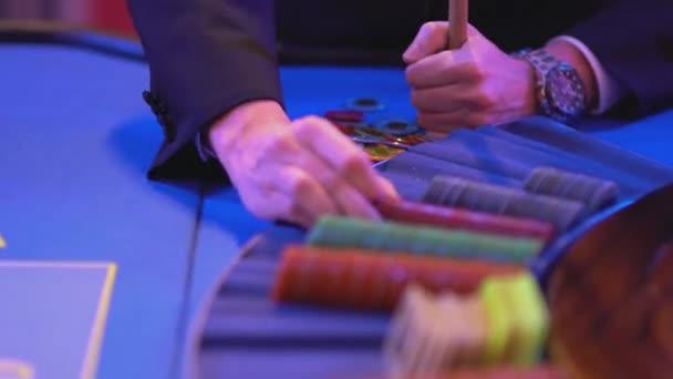 Tavolo di roulette in un casinò - groupier conta chips di gioco