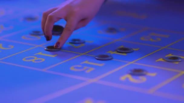 Tavolo di roulette in un casinò - impostazione le scommesse sul tavolo della roulette - Chiuda sul colpo