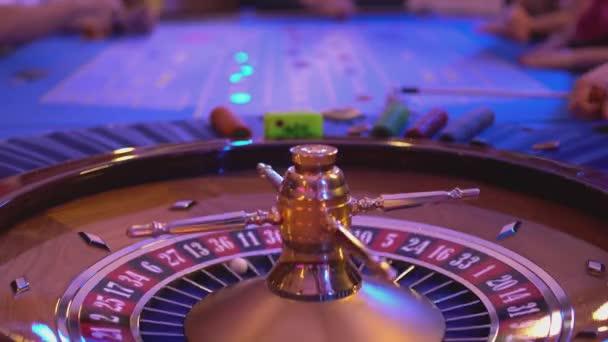 Tavolo di roulette in un casinò - groupier tipi di chip di gioco durante la riproduzione