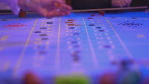 I giocatori dazzardo mettere gioco fiches sul tavolo della roulette