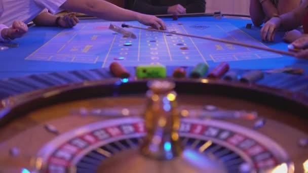 Roulette-Tisch in einem Casino - Spieler setzen Wetten für neues Spiel