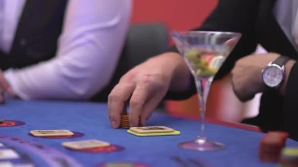 Glücksspiel Black Jack in einem Casino - nervös Spieler warten auf Karten