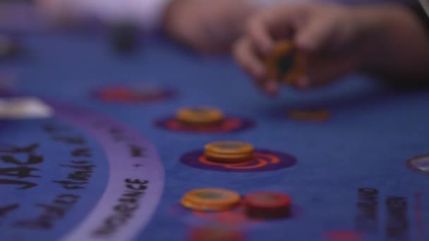 Glücksspiel Black Jack in einem Casino - Karten - Schwenkverlauf Dosiertechnik