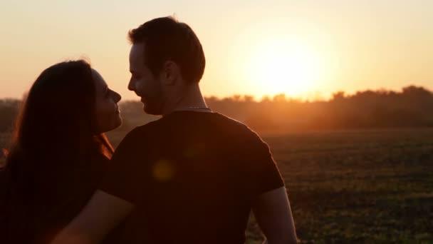 pár přivítal úsvit slunce