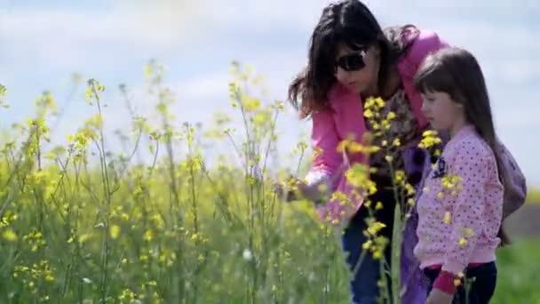 Matka a dcera zkoumání žluté květy
