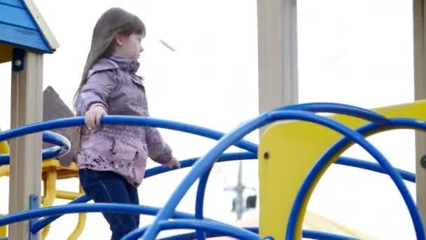Ittle Mädchen spielen auf dem Spielplatz