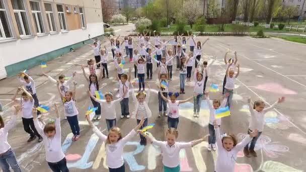děti taneční flash mob s vlajka Ukrajiny, letecké