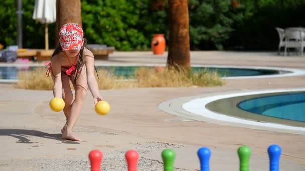 malá holčička v dětský bowling