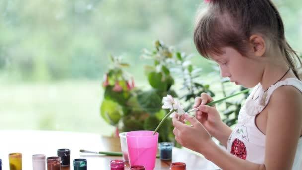 kislány felhívja a festékek Kamilla szirmok