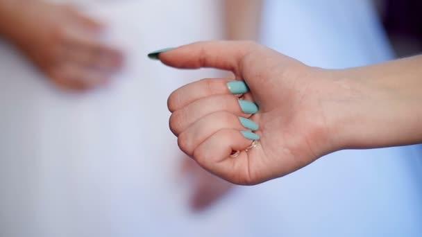 nevěsta šaty náušnice - náušnice v ruce