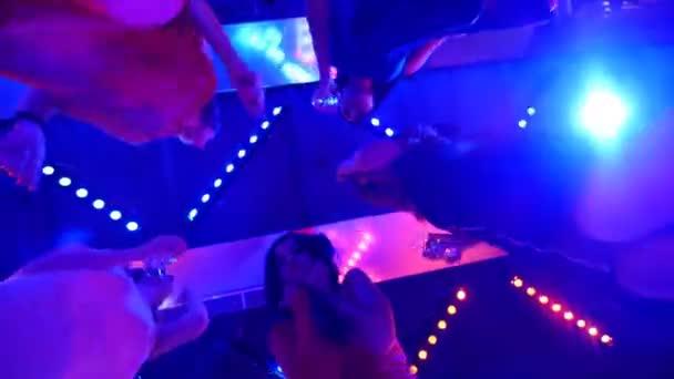 krásné dívky tančí na večírku s brýlemi v jejich rukou - diskotéka na oslavu narozenin