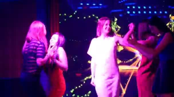 gyönyörű lányok tánc egy partin - disco születésnap