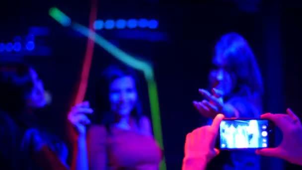 v mobilu strany střílet na narozeninovou oslavu krásné dívky video - disco