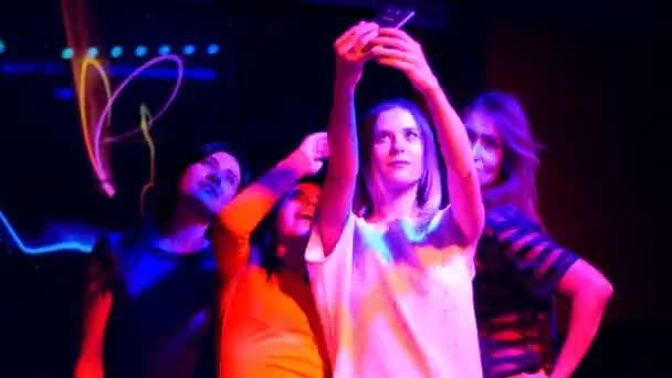 krásná dívka na večírku s mobilní make autoportrét - disco narozeniny