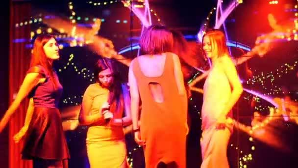 belle ragazze che ballano ad una festa - compleanno discoteca