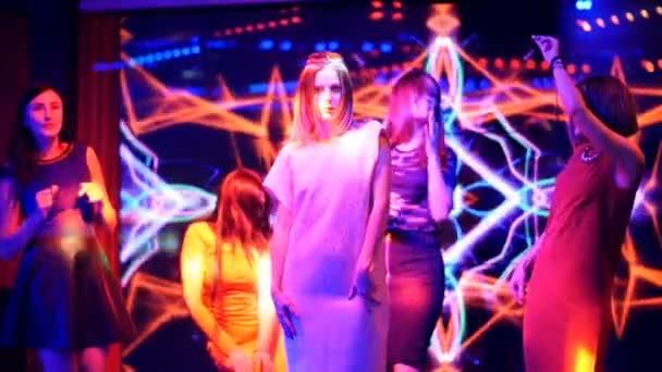 schöne Mädchen tanzen auf einer Party - Disco-Geburtstag