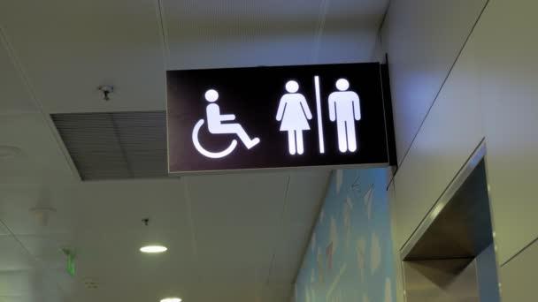 Írja alá. Mutató. WC vagy WC. Jelzőtábla mozgássérült WC tábla, WC fogyatékos embereknek. Női és férfi szimbólumok a nyilvános WC-k, vízszekrények tányérjain. Mutató wc a repülőtéren
