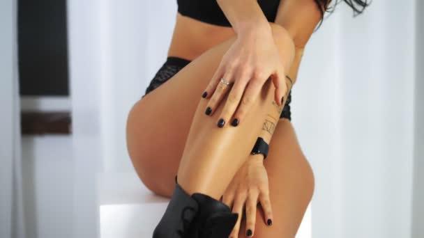 sexy nackten weiblichen Körper, Beine, Hüften. Nahaufnahme. Sehr sexy, heiße, fitte junge Frau mit perfektem schlanken Körper, posiert in schwarzen Dessous, Unterwäsche.