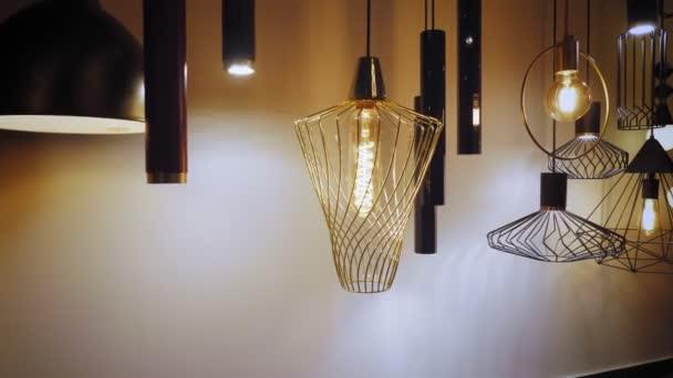 Lustry jsou v zásobě. sortiment svítidel pro design interiéru. Mnoho různých typů a tvarů lamp, lustry v prodejně showroom. lehká výzdoba interiéru.