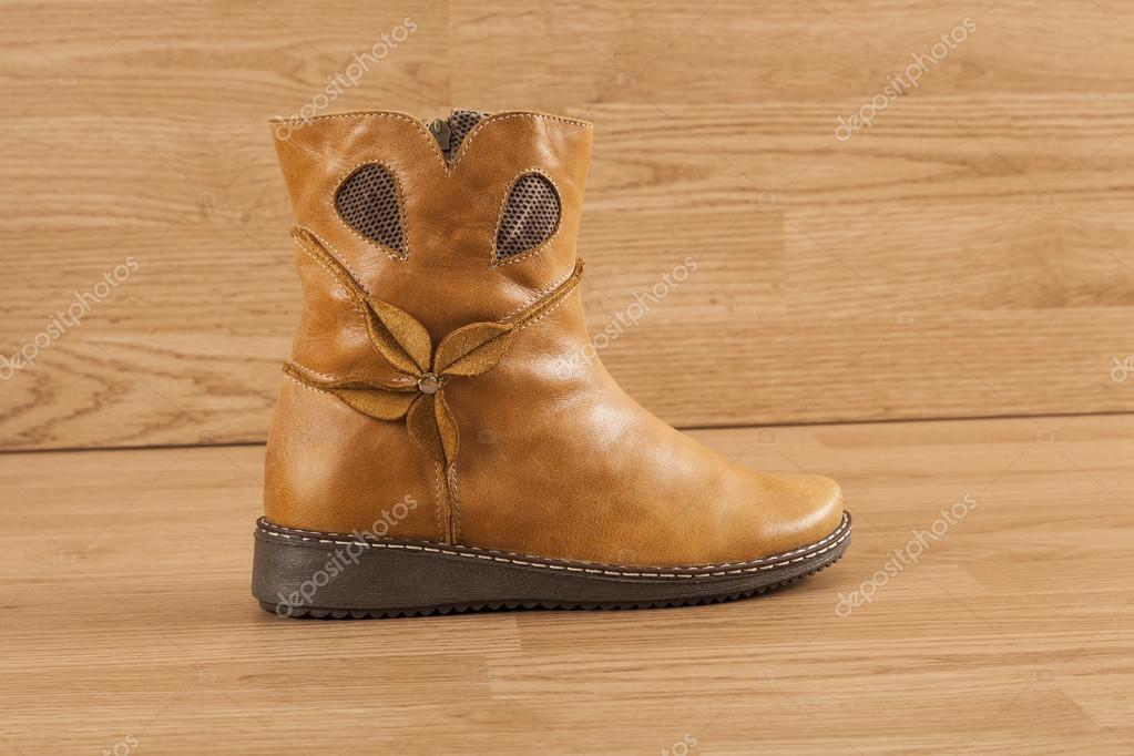 4968076503d Καφέ δερμάτινες μπότες ιππασίας με φερμουάρ γυναίκες σε φόντο ξύλινη —  Εικόνα από gonzalocallefotografia.gmail.com  ...
