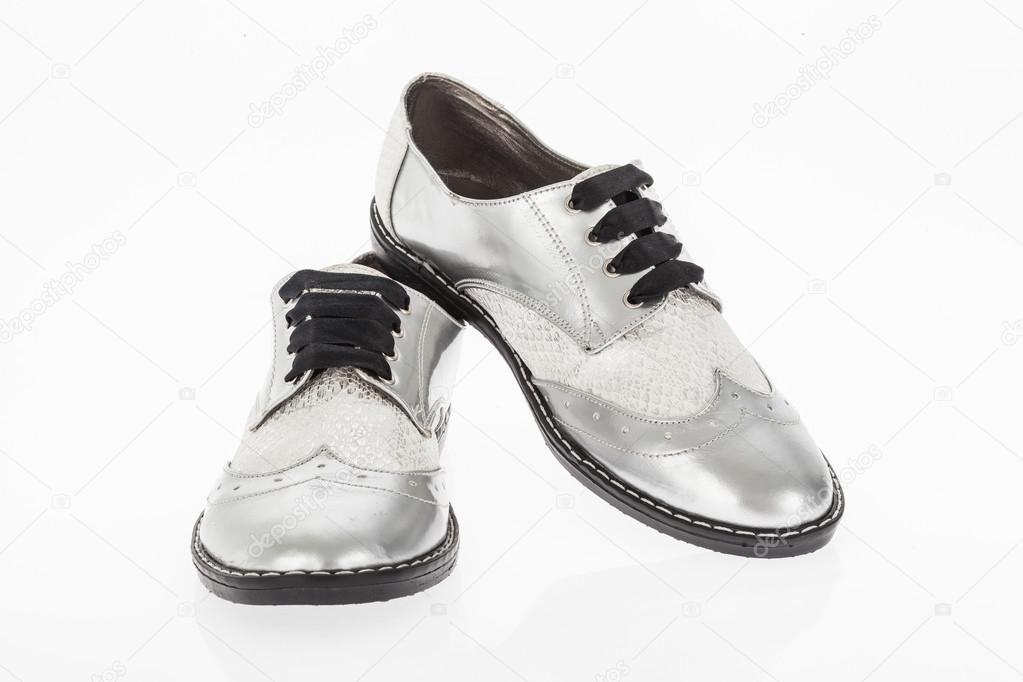 Calzado hecho de cuero gris con cordones para mujer sobre fondo blanco —  Foto de gonzalocallefotografia.gmail.com ed7690b486ff0