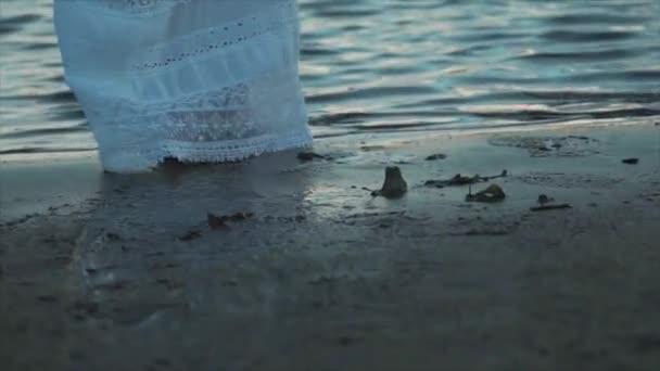 Pohled shora žena nohy na pláži, sám brok