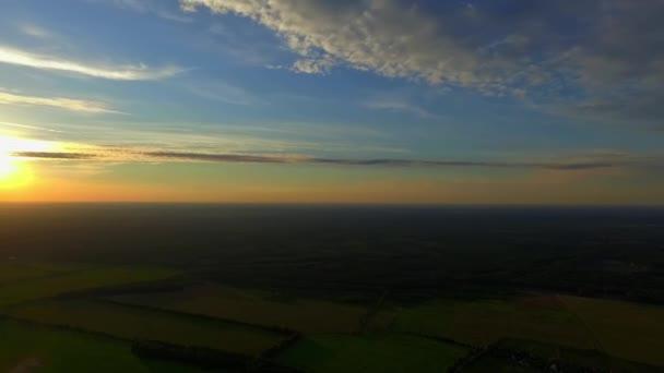 Panoramatický pohled. Vesnice. Západ slunce